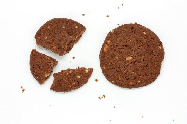 Biscuits au beurre de noix de cajou au chocolat traditionnels sur fond blanc