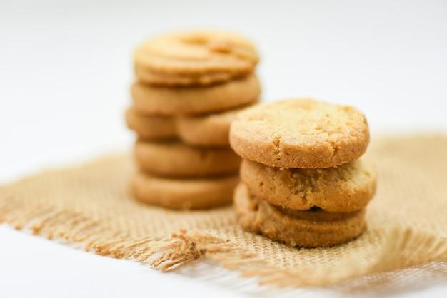 Biscuits au beurre pâtissier sur sac sur fond blanc