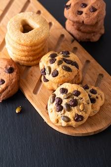 Biscuits au beurre de sucre maison concept alimentaire sur planche de bois sur plaque de pierre ardoise noire avec espace de copie
