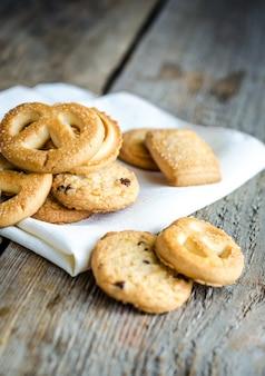 Biscuits au beurre sur la table gros plan