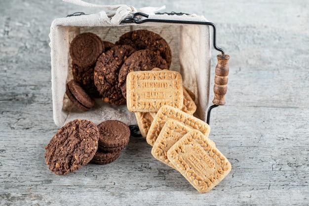 Biscuits au cacao et au beurre dans un panier