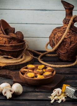 Biscuits au cacao avec une farce jaune à l'intérieur d'un bol en bois.