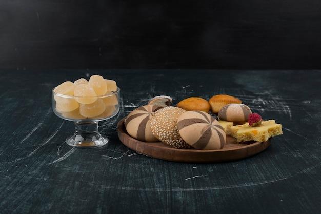 Biscuits au cacao et à la vanille avec une tasse de marmelades