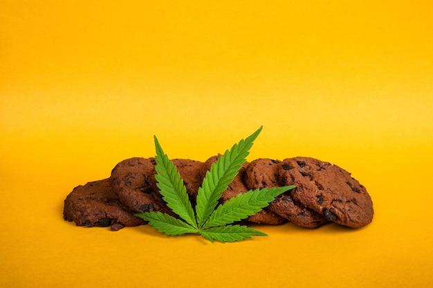 Biscuits au cannabis au chocolat à haute teneur en thc sur fond jaune consommation récréative de cannabis