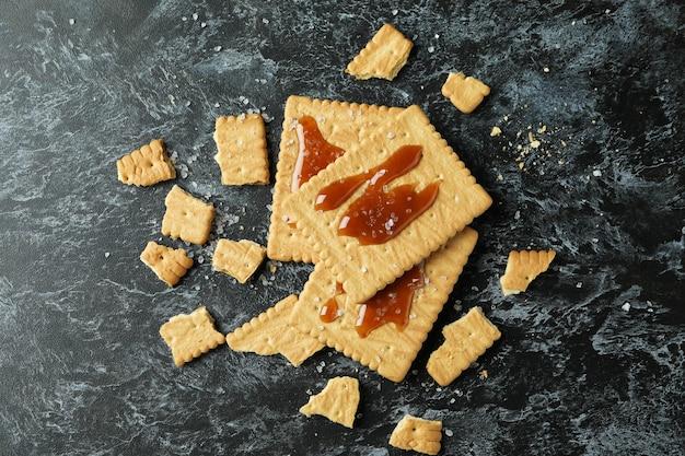 Biscuits au caramel sur fond noir fumé