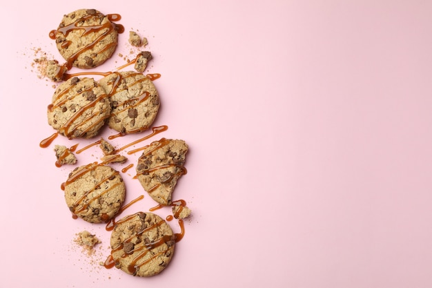 Biscuits Au Caramel Sur Fond Rose, Espace Pour Le Texte Photo Premium