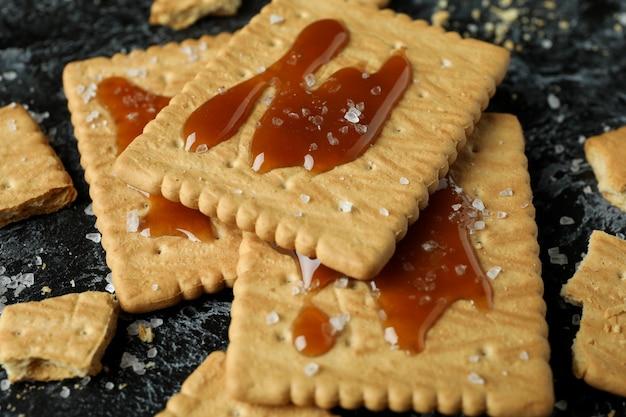 Biscuits au caramel sur smokey noir
