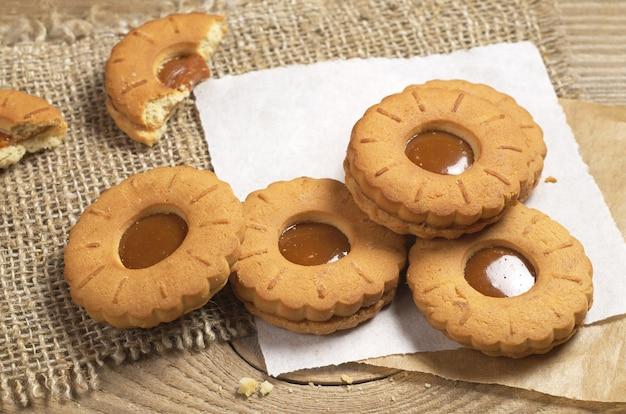 Biscuits au caramel sur table en bois rustique