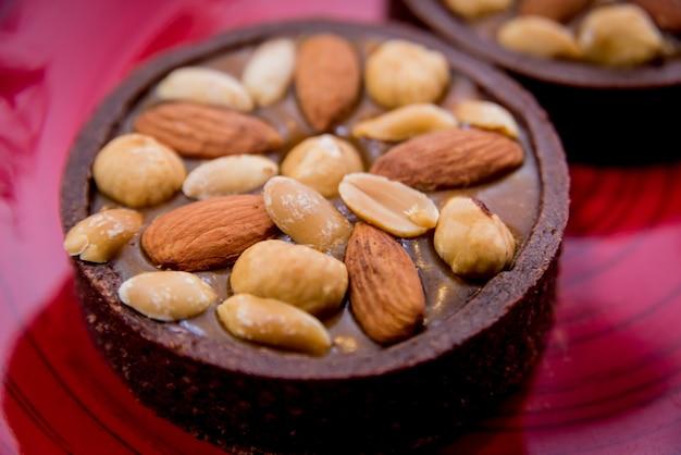 Biscuits au chocolat aux noix d'amande sur une plaque rouge. restaurant.
