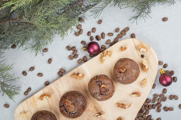 Biscuits au chocolat aux noix et grains de café sur planche de bois
