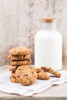 Biscuits au chocolat et aux pépites d'avoine avec du lait