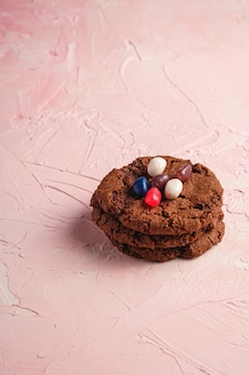 Biscuits au chocolat à l'avoine faits maison avec des céréales et des fèves à la gelée juteuses