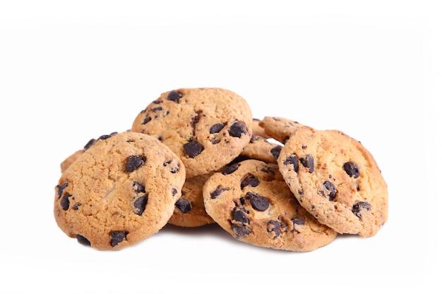 Biscuits au chocolat sur blanc, cookies aux pépites de chocolat isolés