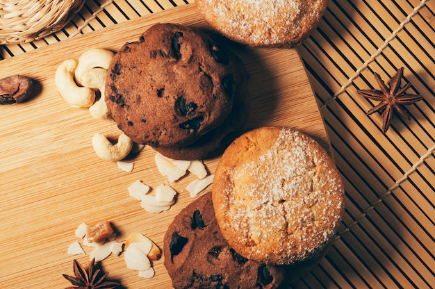 Biscuits au chocolat croustillant rond avec des épices et des noix sur une planche à découper