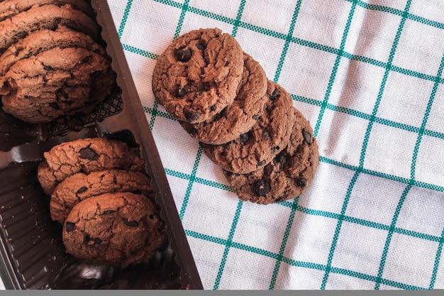 Biscuits au chocolat dans un emballage sur tissu