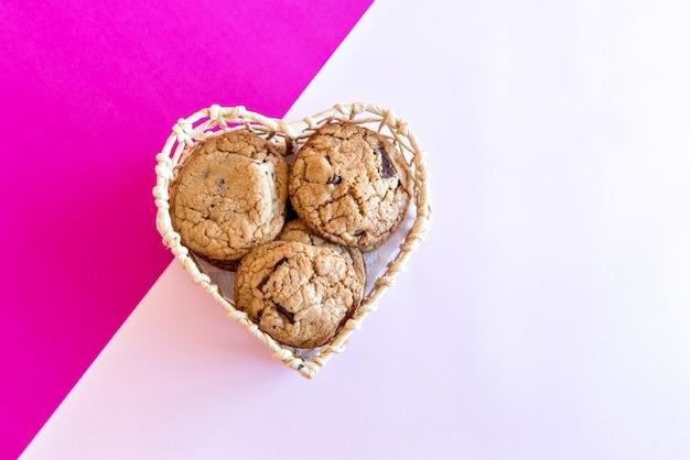 Biscuits au chocolat dans le panier coeur.