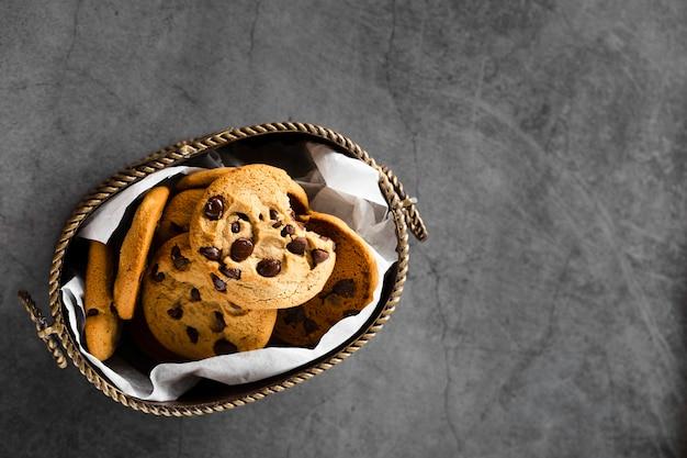Biscuits au chocolat dans un panier