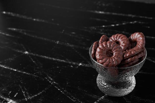 Biscuits au chocolat dans une tasse en verre.