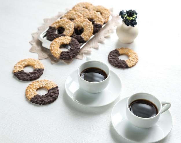 Biscuits au chocolat avec deux tasses de café