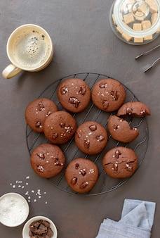 Biscuits au chocolat avec du sel et des morceaux de chocolat. pâtisseries maison. recette. la nourriture végétarienne.