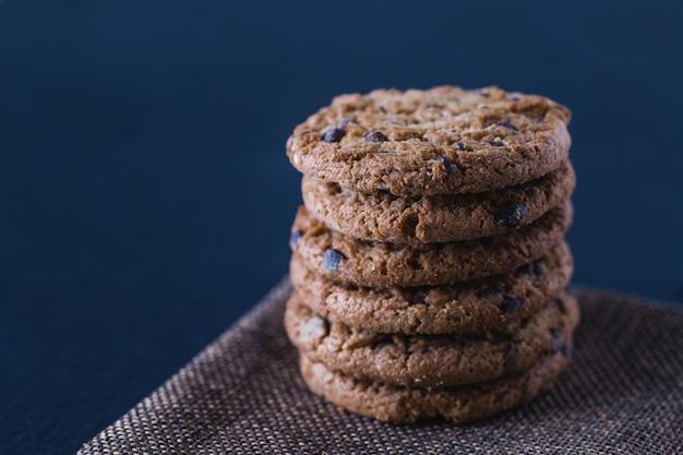 Biscuits au chocolat faits à la main à la farine d'avoine sur une plaque d'ardoise noire isolée
