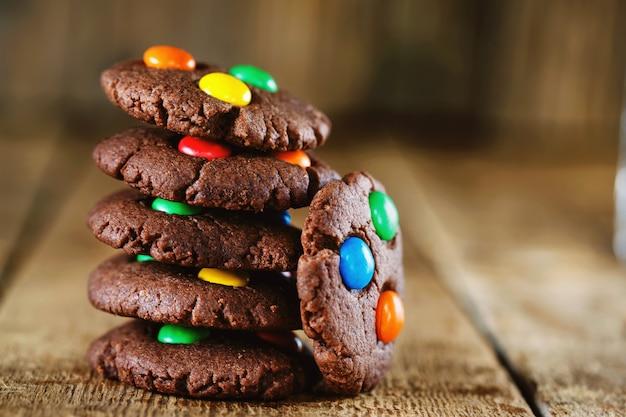 Biscuits au chocolat faits maison décorés de bonbons multicolores