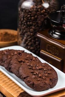 Biscuits au chocolat faits maison sur fond de table en bois. cuisson des aliments.