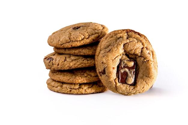 Biscuits au chocolat sur fond blanc.
