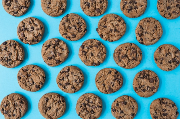Biscuits au chocolat sur fond bleu