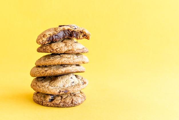 Biscuits au chocolat sur fond jaune.