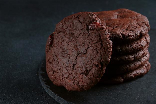 Biscuits au chocolat sur fond sombre