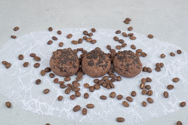 Biscuits au chocolat avec des grains de café sur une surface blanche