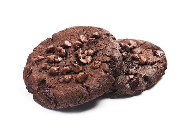 Biscuits au chocolat isolé sur fond blanc