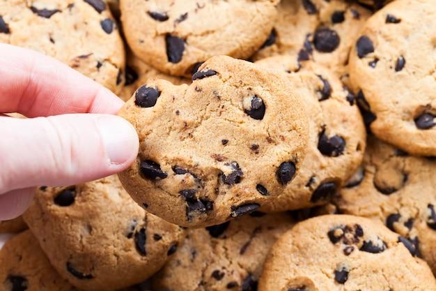 Biscuits au chocolat à la main