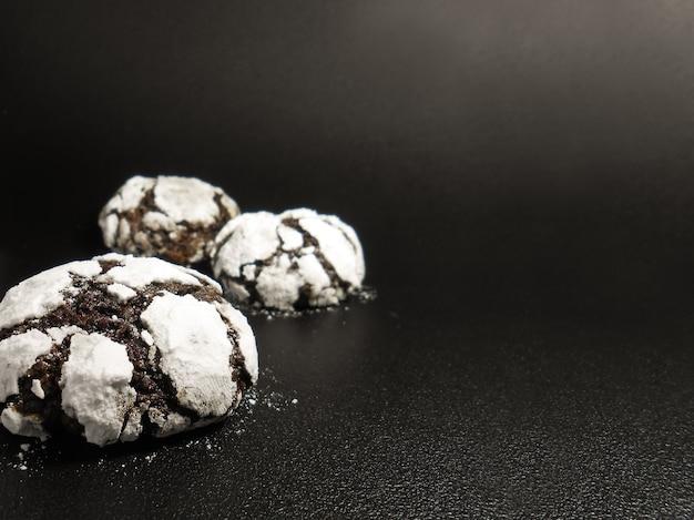 Biscuits au chocolat maison. biscuits brownie au chocolat au sucre glace