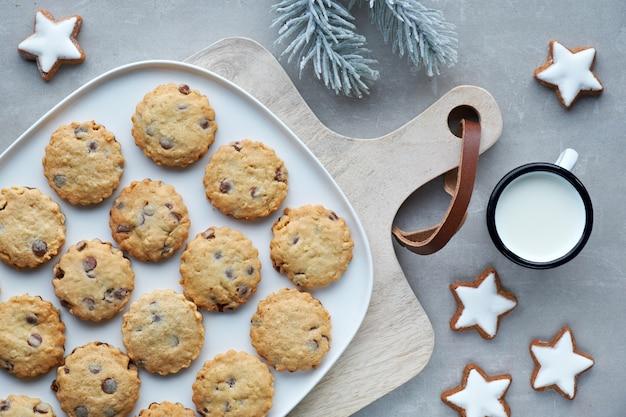 Biscuits au chocolat de noël, plat poser sur pierre grise