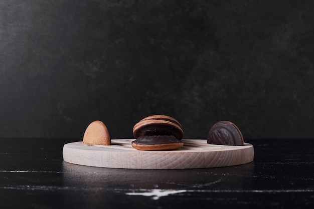 Biscuits au chocolat sur une planche de bois.