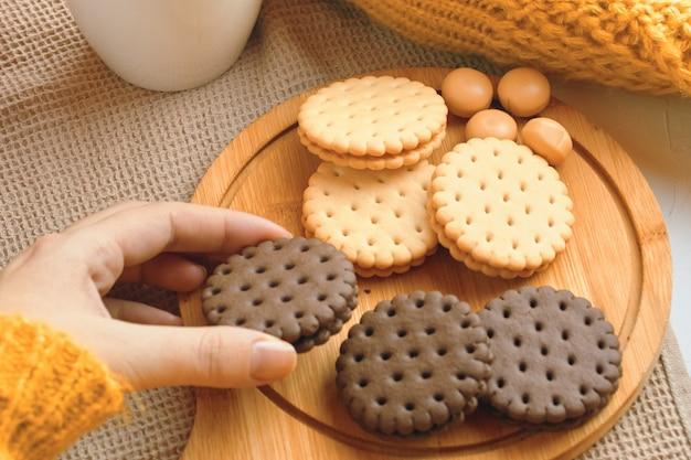 Biscuits au chocolat sur une plaque de bois.