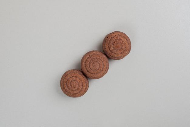 Biscuits au chocolat savoureux sur surface grise