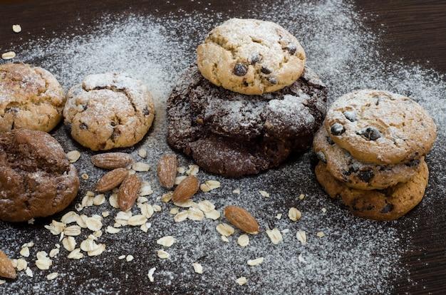 Biscuits au chocolat avec sucre en poudre, flocons d'avoine, fruits de mer et amandes