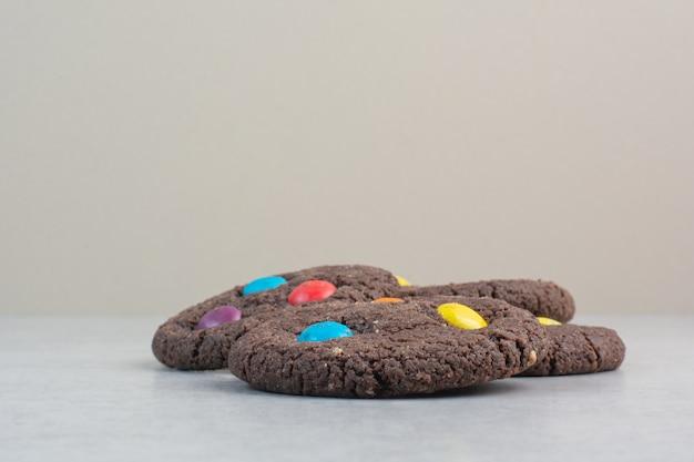 Biscuits au chocolat sucré rond sur tableau blanc.