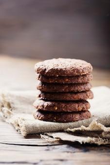 Biscuits au chocolat sucré sur la table en bois