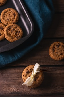 Biscuits au chocolat sur une table en bois décorée d'une serviette bleue