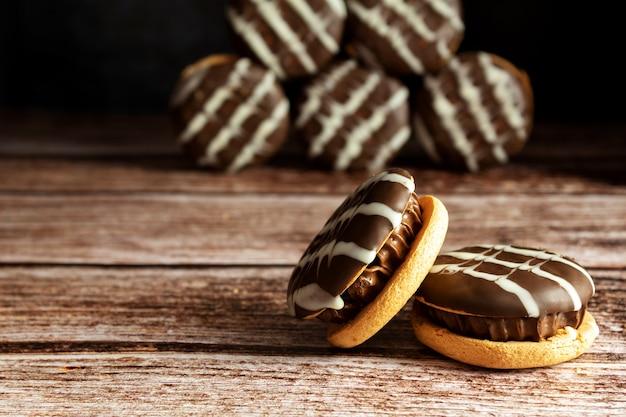 Biscuits au chocolat, sur une table en bois