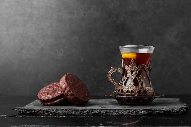 Biscuits au chocolat avec un verre de thé.
