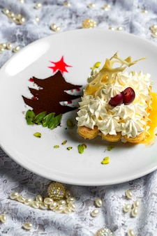 Biscuits au doigt décorés de crème servis en sauce près d'un petit café en poudre