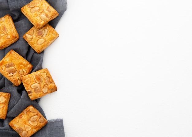 Biscuits au four aux amandes sur l'espace de copie de tissu