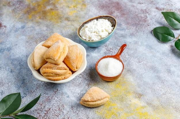 Biscuits au fromage cottage et au sucre biscuits au corbeau, triangle de pied