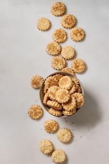 Biscuits au fromage et sésame