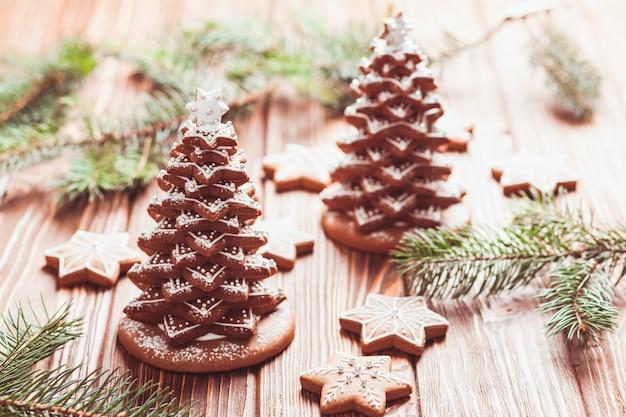 Biscuits au gingembre. arbre de noël de biscuits avec glaçage sur la table